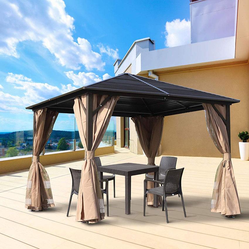 gazebo con tetto e tende beige, un tocco design in giardino.