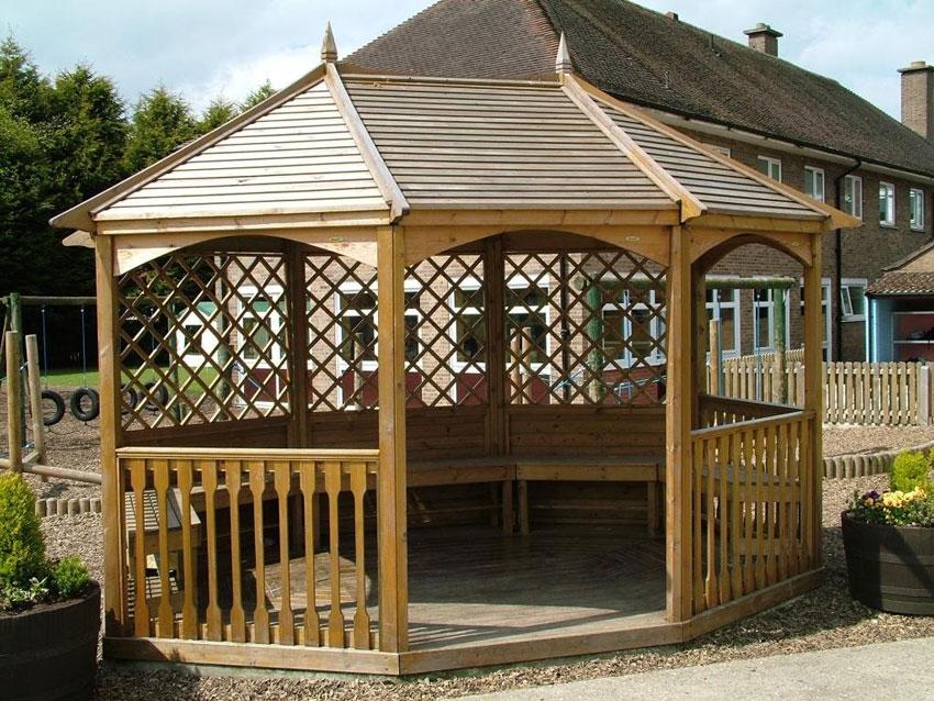 padiglione in legno di forma esagonale, tetto e pavimento.