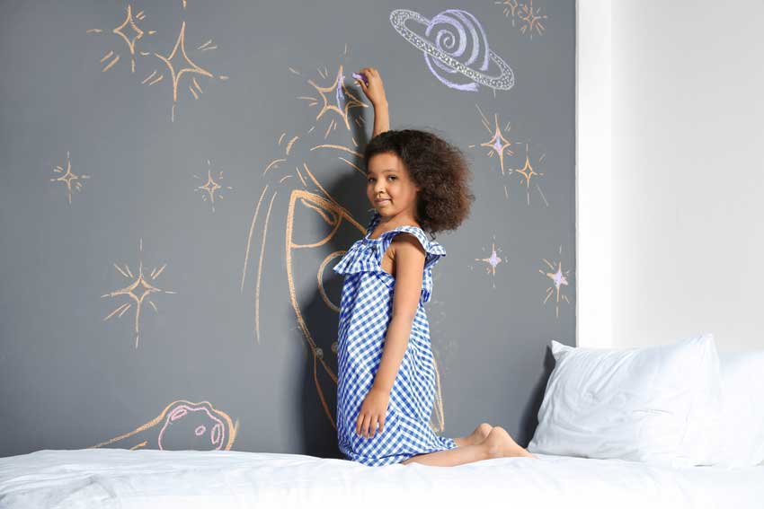 Camerette per bambini con parete lavagna per disegnare.