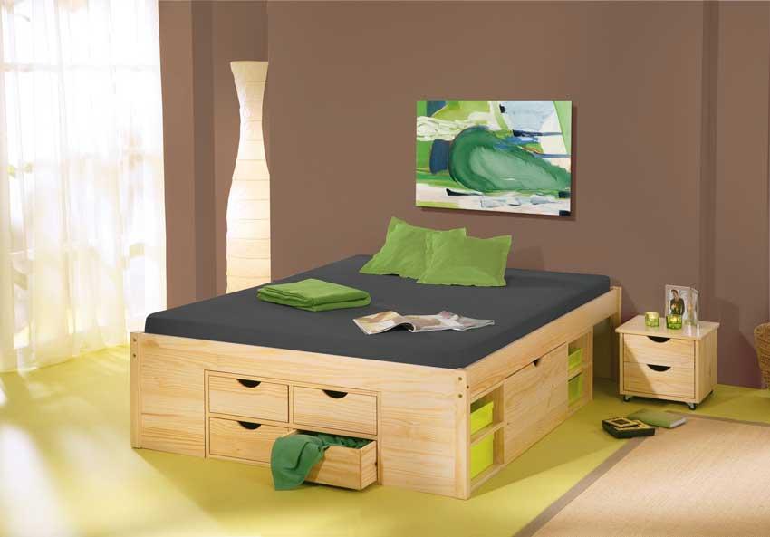 Letto in legno in camera, arredamento moderno.