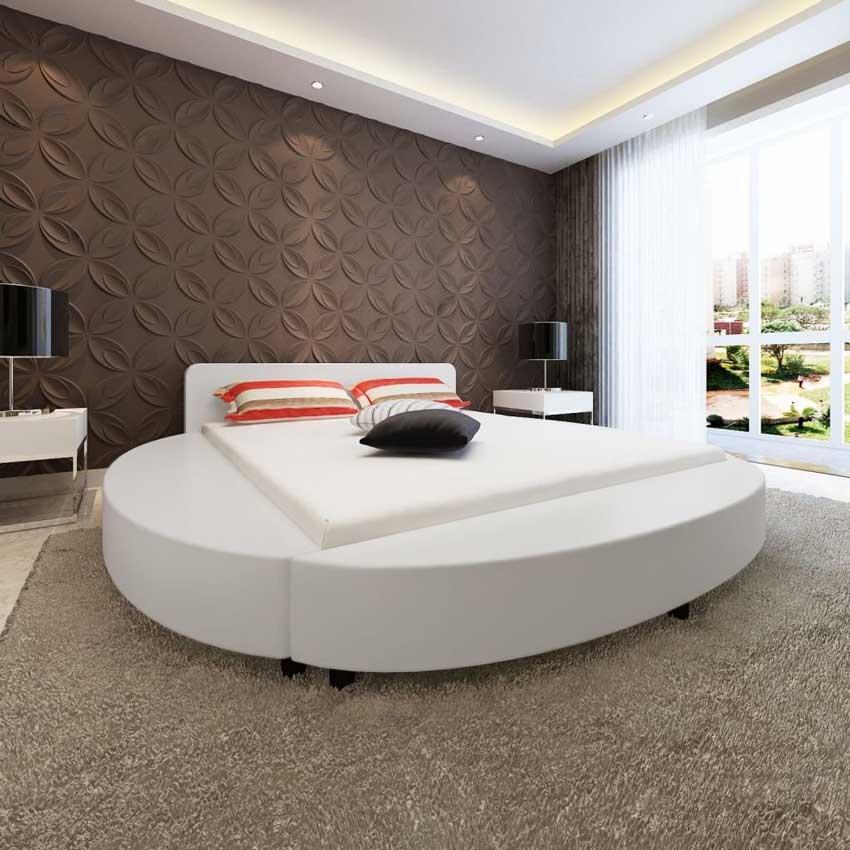 Stanza da letto moderna con letto tondo bianco, pareti con pannelli adesivi 3D.