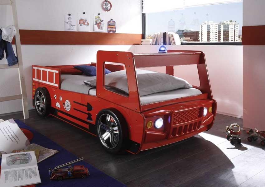 Cameretta con letto a forma di camion.