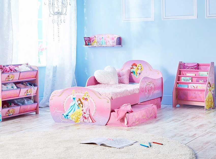 Cameretta con letto disney, parete azzurre, ideale per una ragazzetta.