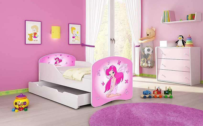 Cameretta con sfumature di rosa, ideale per una bambina, letto originale.
