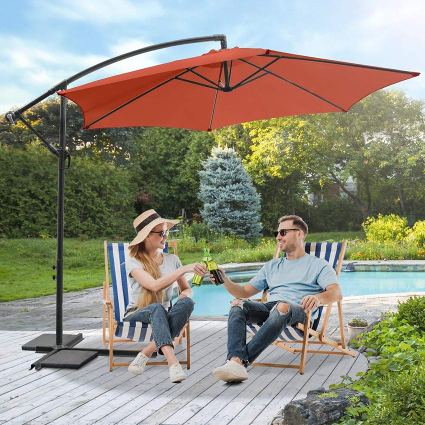ombrellone da giardino arancione vicino piscina.