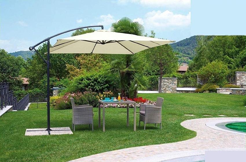 giardino con ombrellone e zona pranzo esterna.