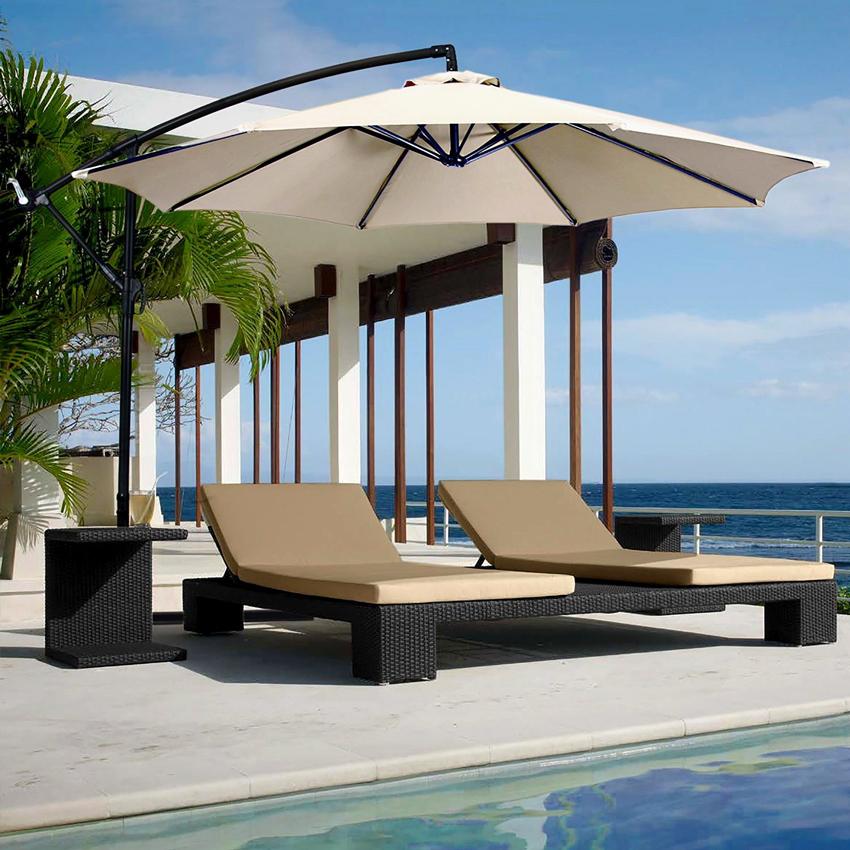 ombrellone da esterno beige a bordo piscina con 2 sdraie.