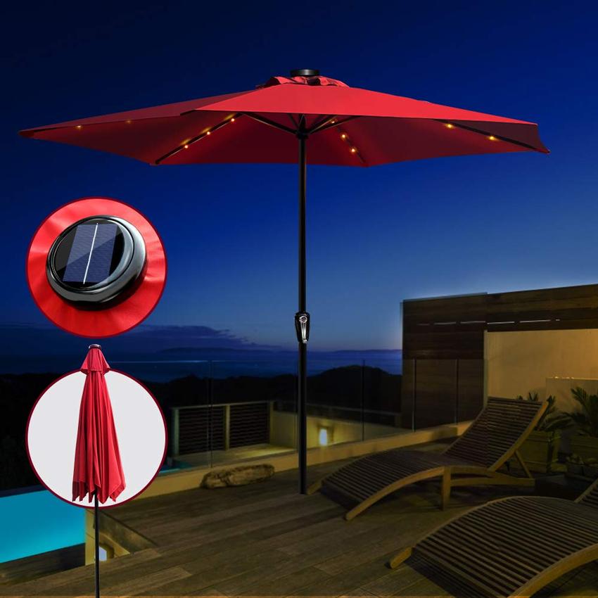 Ombrellone da giardino di sera con luci led solari.