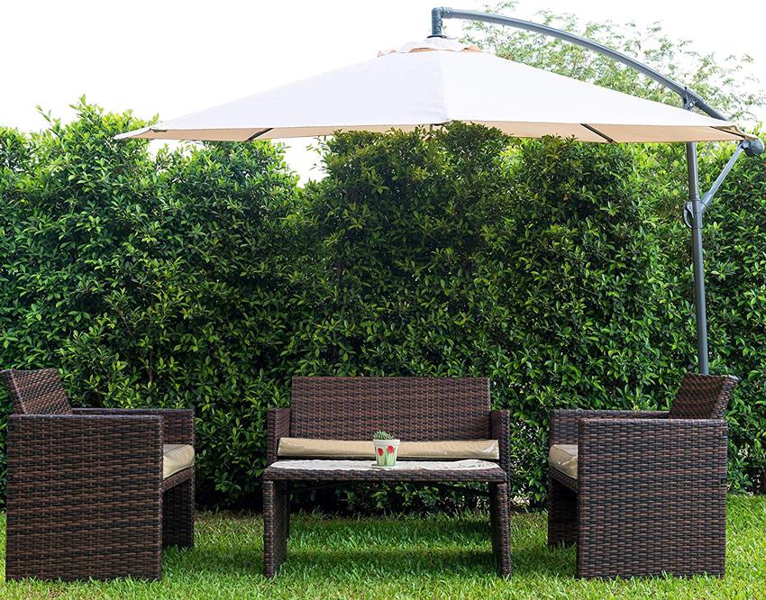 salottino da giardino riparato da un ombrellone da esterno.