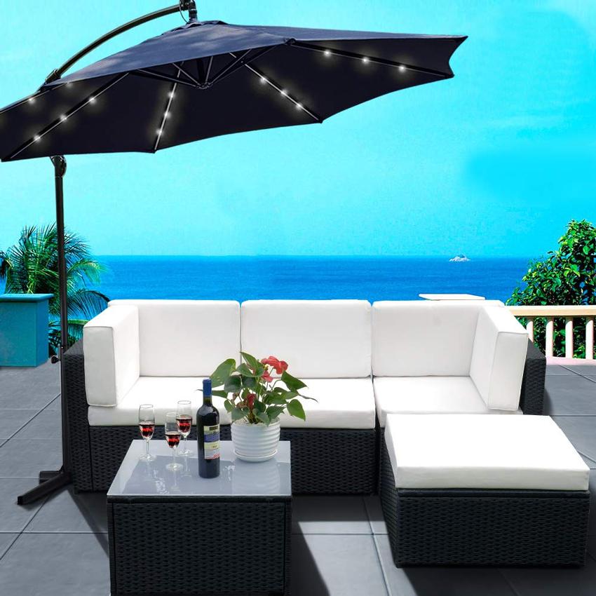 Ombrelloni con pannelli solari LED, ideale per una serata in giardino.