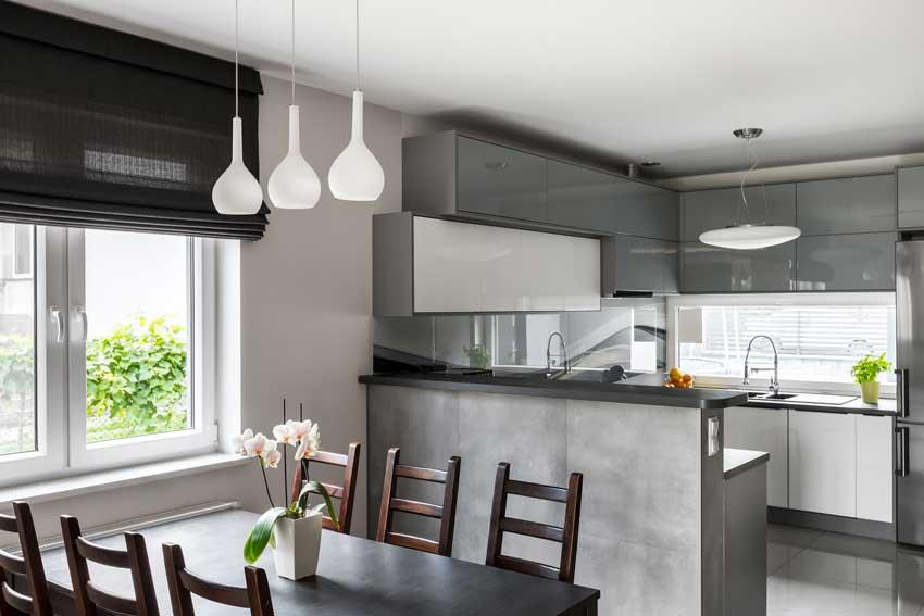 Penisola alta che delimita la zona living e regala più privacy alla cucina.