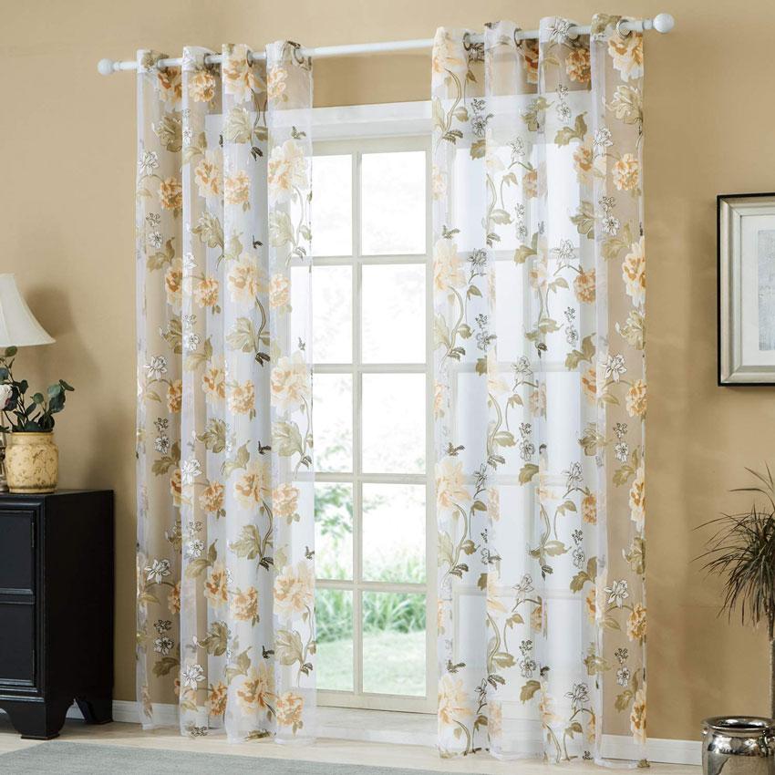 Tende trasparenti in voile con motivi floreali, ideale per arredare il soggiorno.