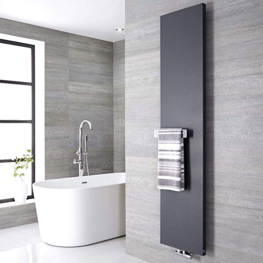 termoarredo design grigio antracite con portasciugamani in bagno.