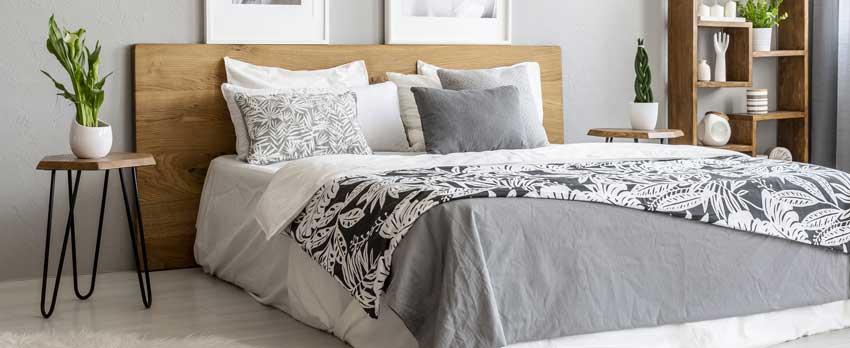 Testiera letto in legno, ideale per una camera da letto moderna.