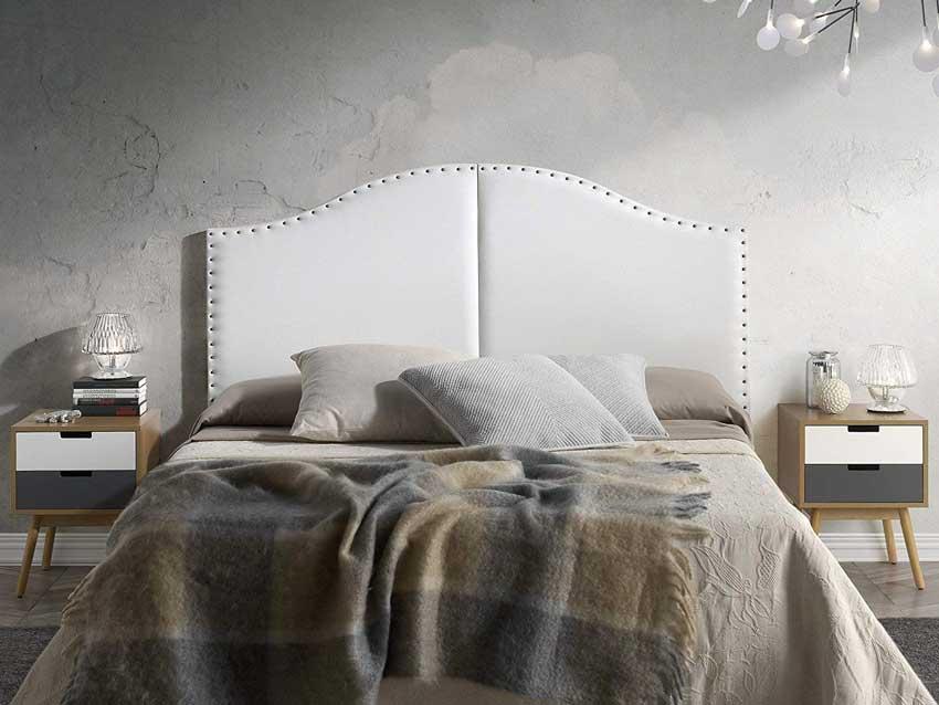 Testiera letto moderna in pelle bianca, parete stucco veneziano.