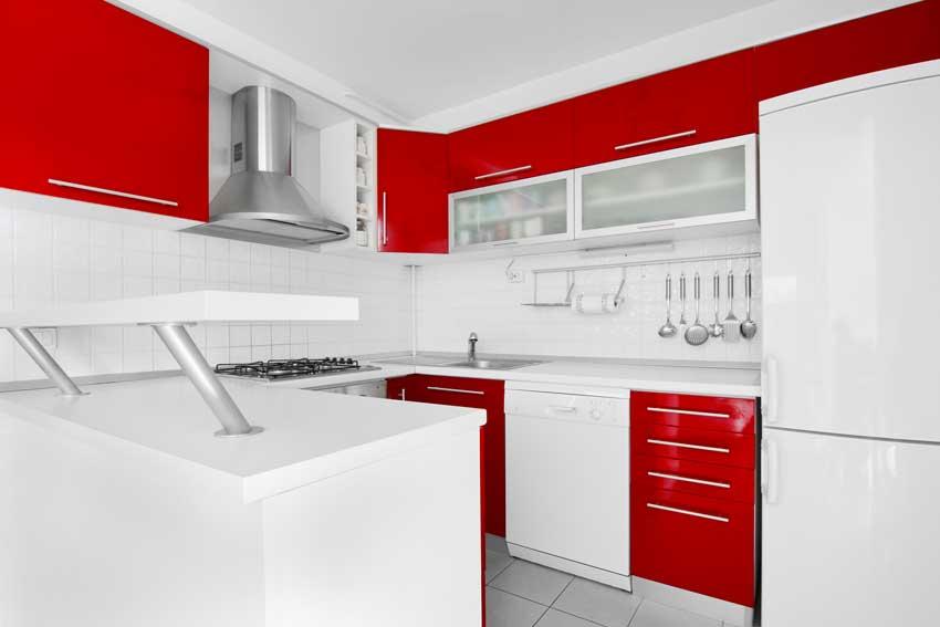 Idea per una cucina in bianco e rosso.