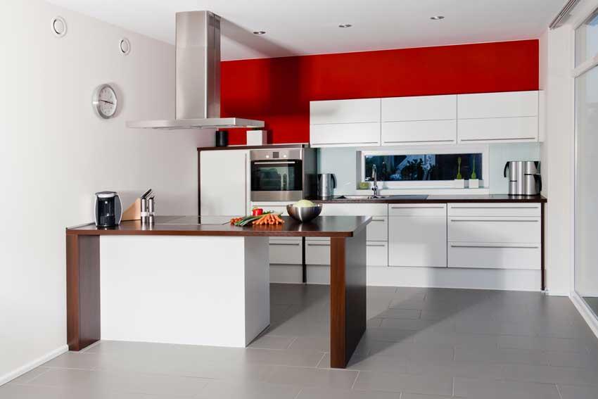 Cucina bianca con penisola moderna, colore parete rosso.