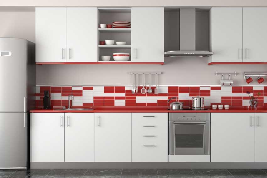Cucina bianca con piastrelle mosaico bianco e rosso.