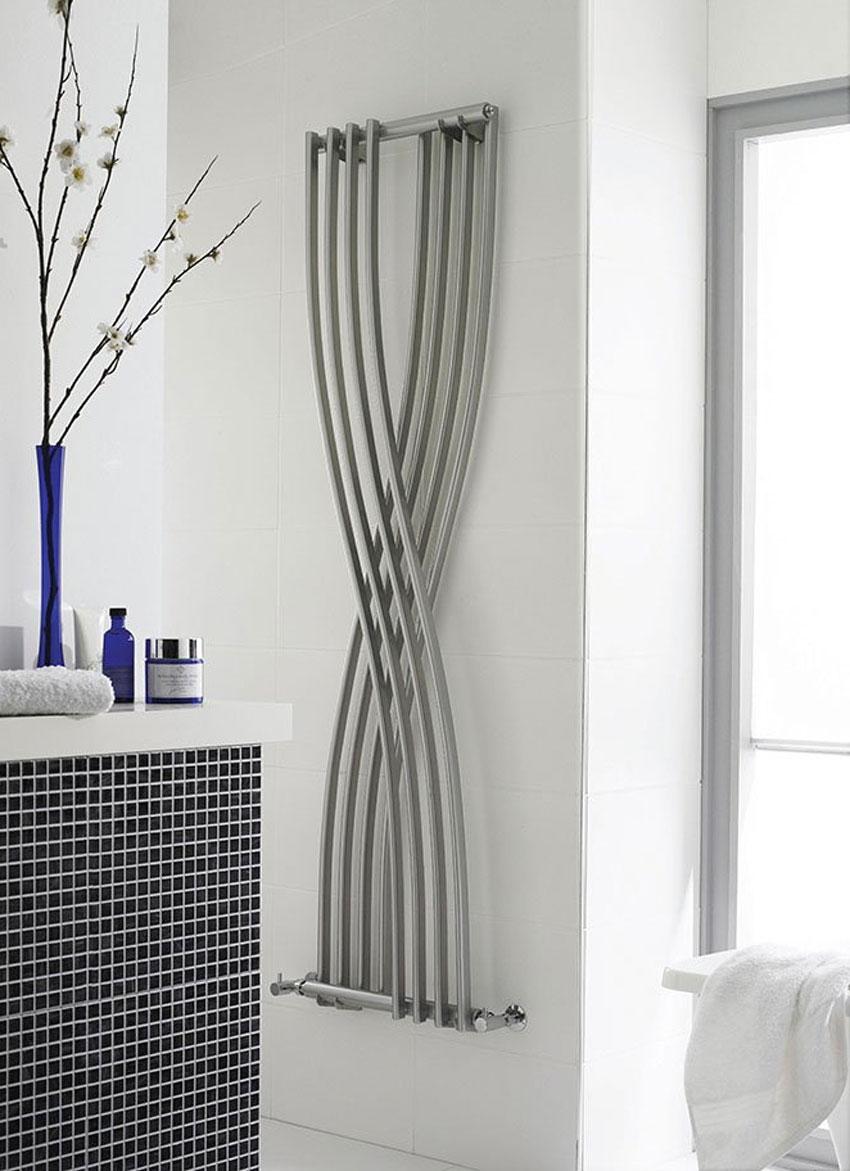 radiatore con design moderno e forma ad intreccio con finiture argentate.