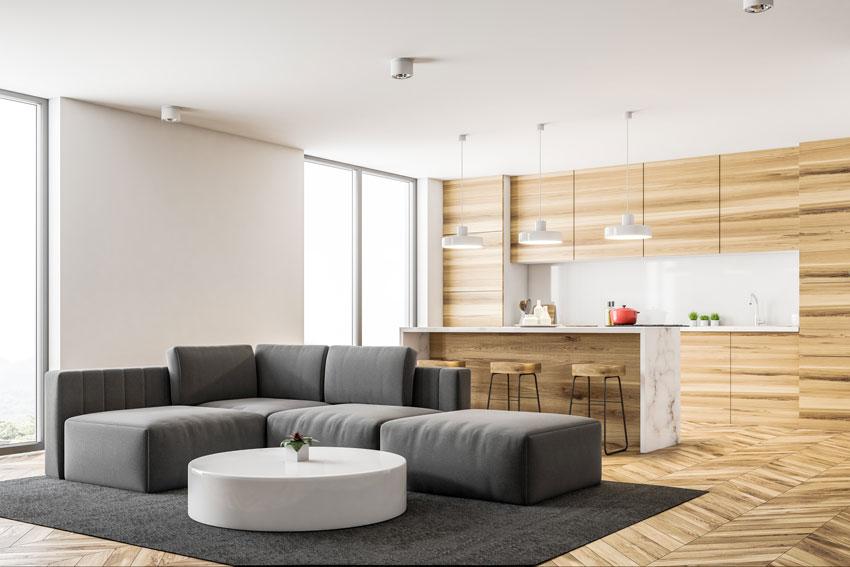 Cucina con rivestimento in legno open space con il soggiorno.