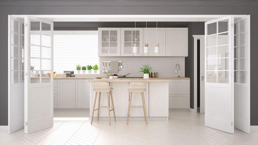 Bellissima cucina aperta stile nordico con porte scorrevoli.