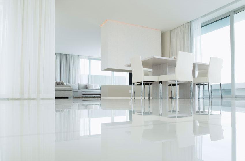 Soggiorno con sala da pranzo a vista bianco.