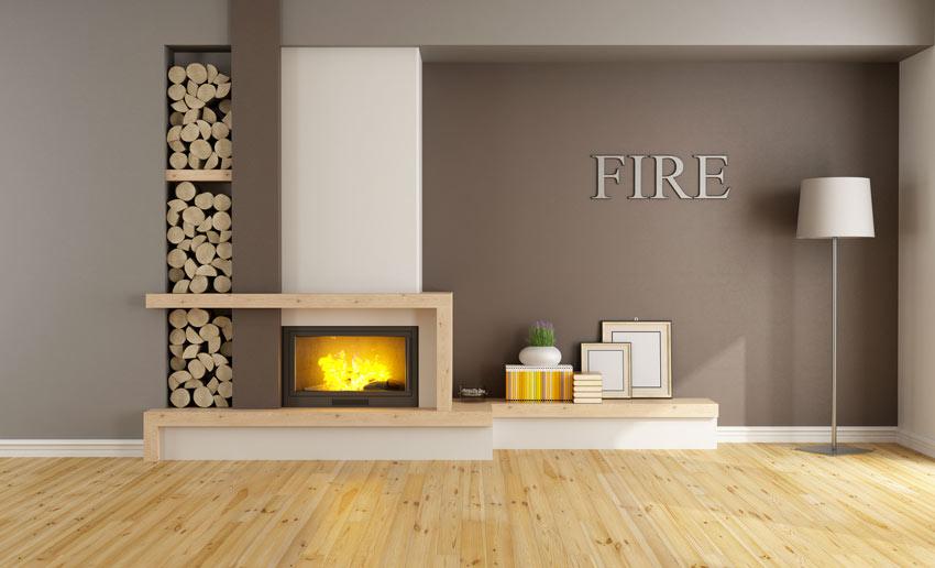 Soggiorno con camino al design minimal, trave in legno chiaro, parete tortora.