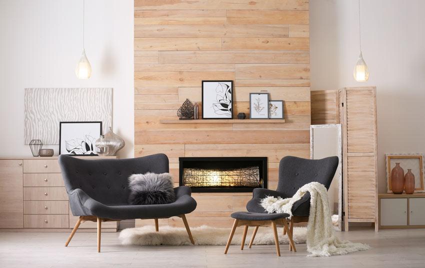 Camino rivestito con tavole in legno, ideale in una casa moderna.