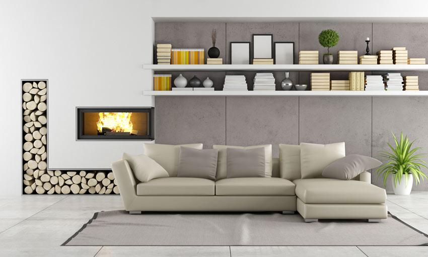 Bellissimo soggiorno beige e tortora con camino a parete, bellissimo per sistemare la legna l'incavo ad L.