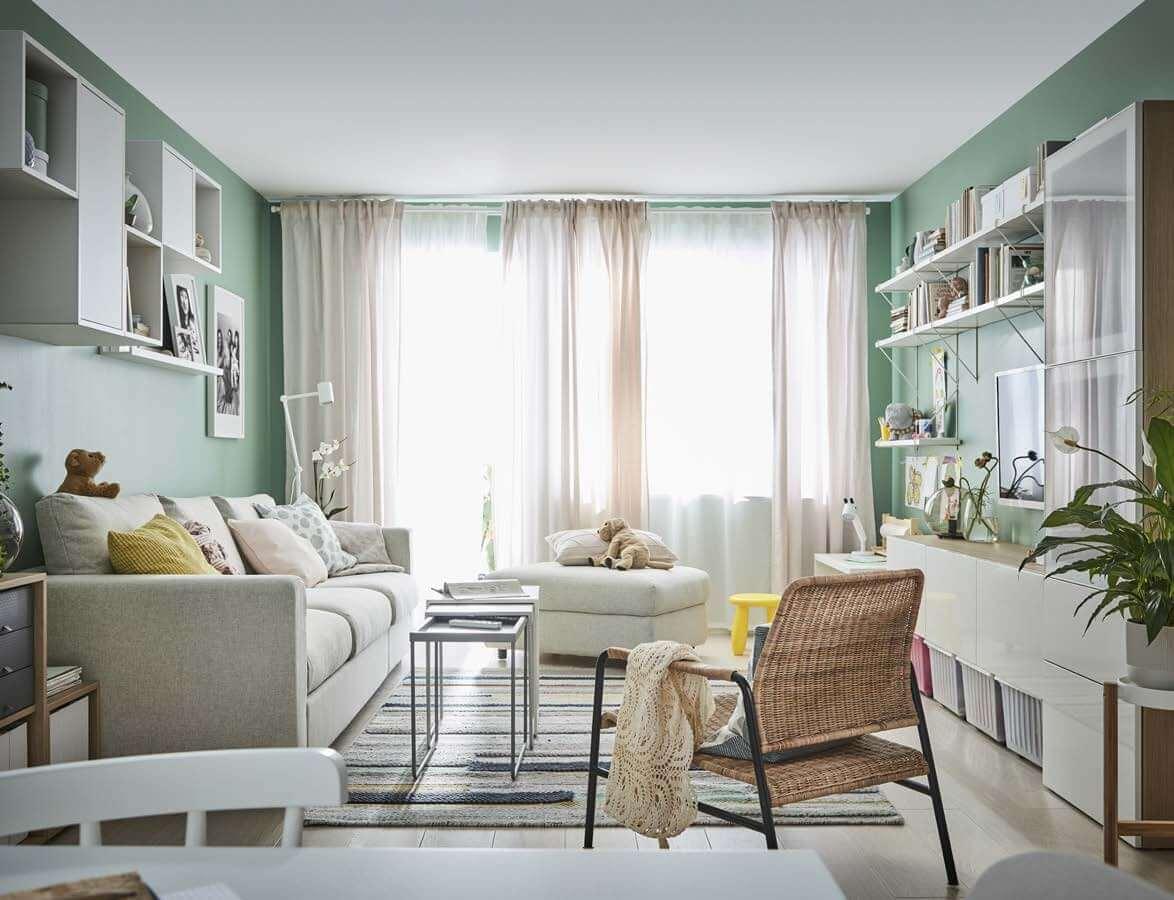 Soggiorno IKEA 2020 con divano tortora e parete attrezzata moderna.