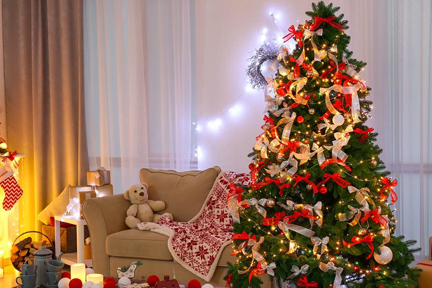 Soggiorno con albero di Natale rosso e bianco.