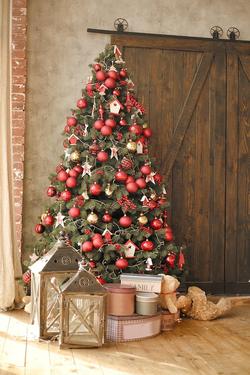 Decorazione natalizia con albero bianco e rosso.