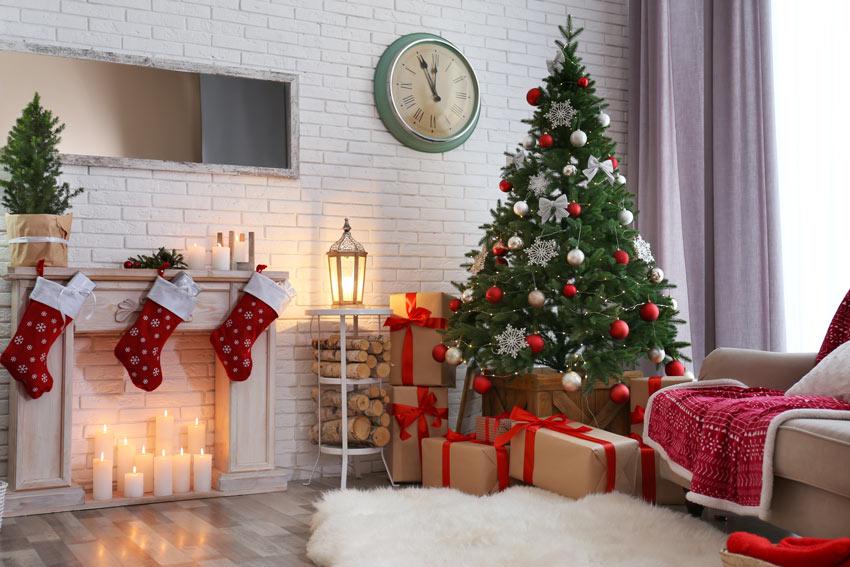 Un albero di Natale bianco e rosso con camino decorato.