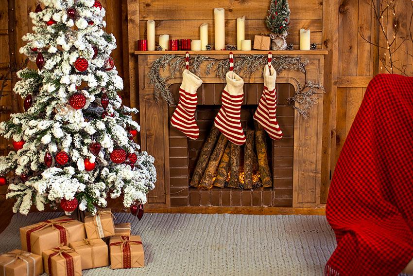 Albero di Natale innevato con palline rosse.