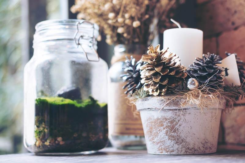 Vaso in terracotta decorato con le pigne per Natale.