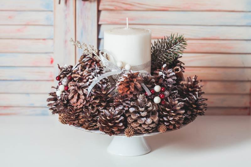 Bellissimo porta candele natalizio fai da te con le pigne.
