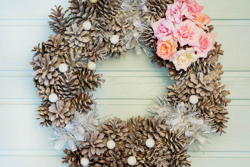 Ghirlanda natalizia realizzata con le pigne.