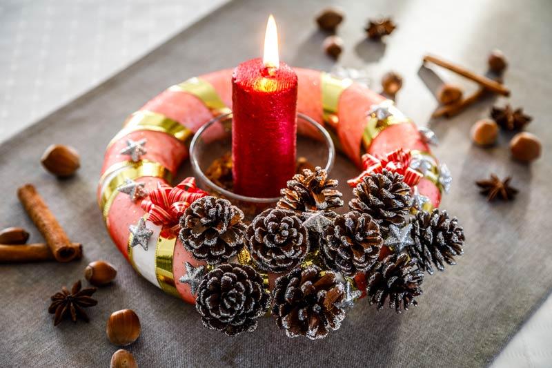 Portacandele natalizio fai da te con le pigne.