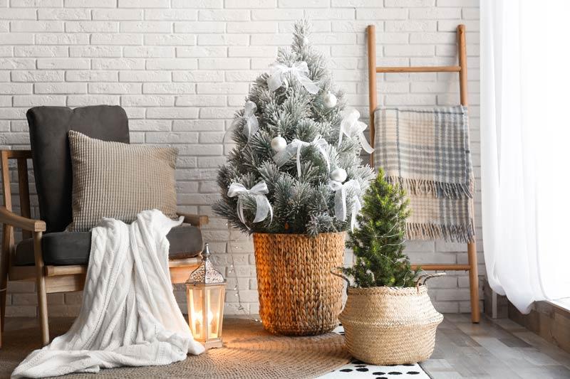 Piccolo albero di Natale in un cesto di vimini, un bel addobbo natalizio shabby.