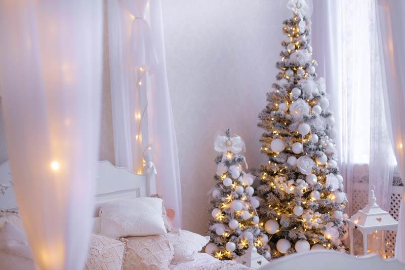 Albero di Natale in camera da letto stile shabby chic.