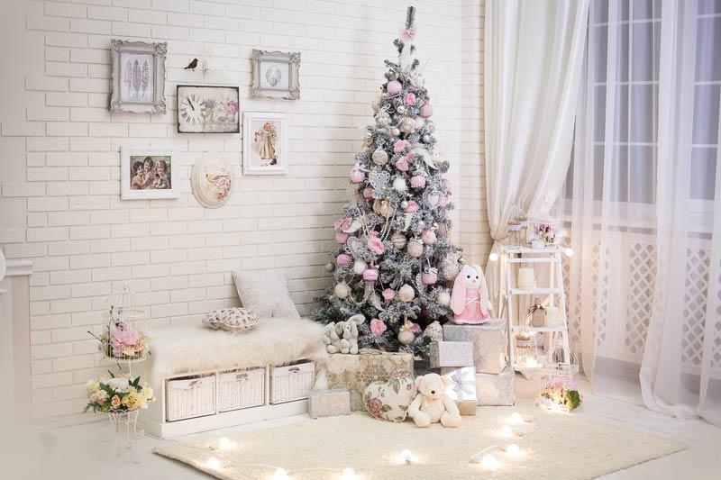Albero di Natale bianco e rosa in ambiente Shabby chic.