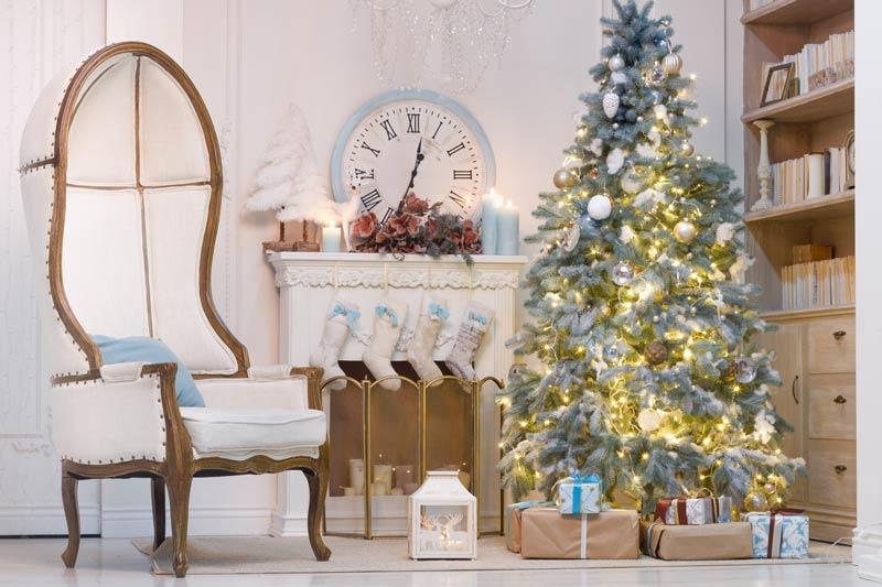 Decorazioni natalizie stile shabby chic in salotto.