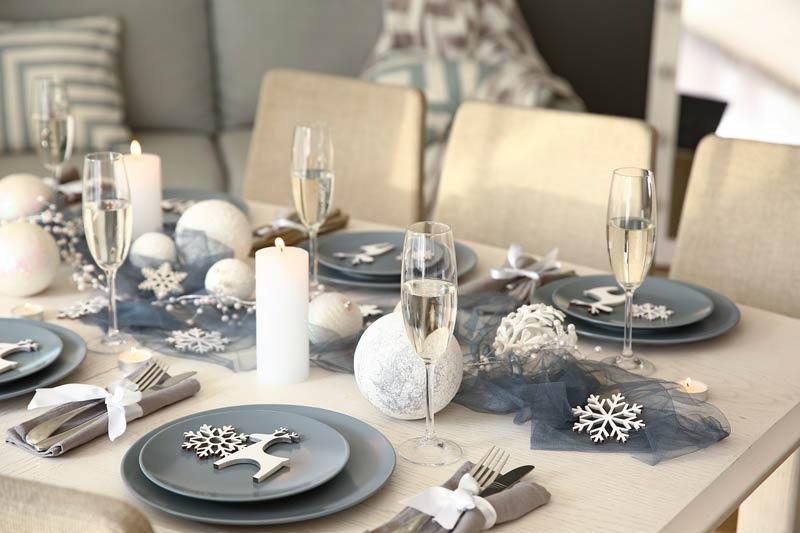 Bellissima tavola di Natale decorata in stile shabby.