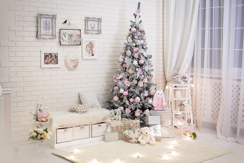 Albero di Natale addobbato in stile shabby con colori rosa e bianco.