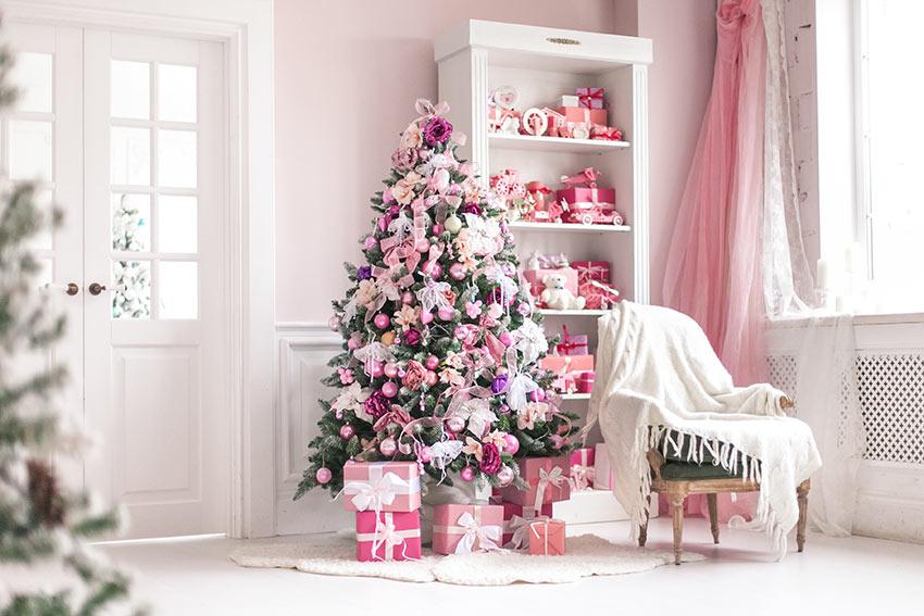 Addobbi rosa per l'albero di Natale.