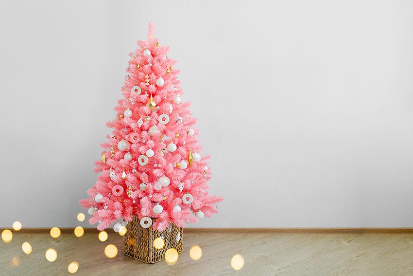Un albero di Natale totalmente rosa con addobbi bianchi.