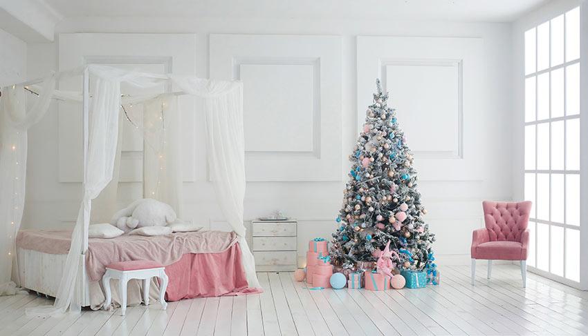 Bellissima camera da letto bianca e rosa con decorazioni natalizie.