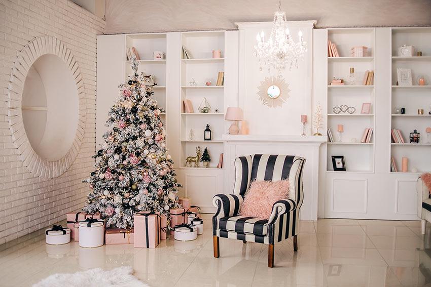 Decorare l'albero di Natale in rosa e bianco.