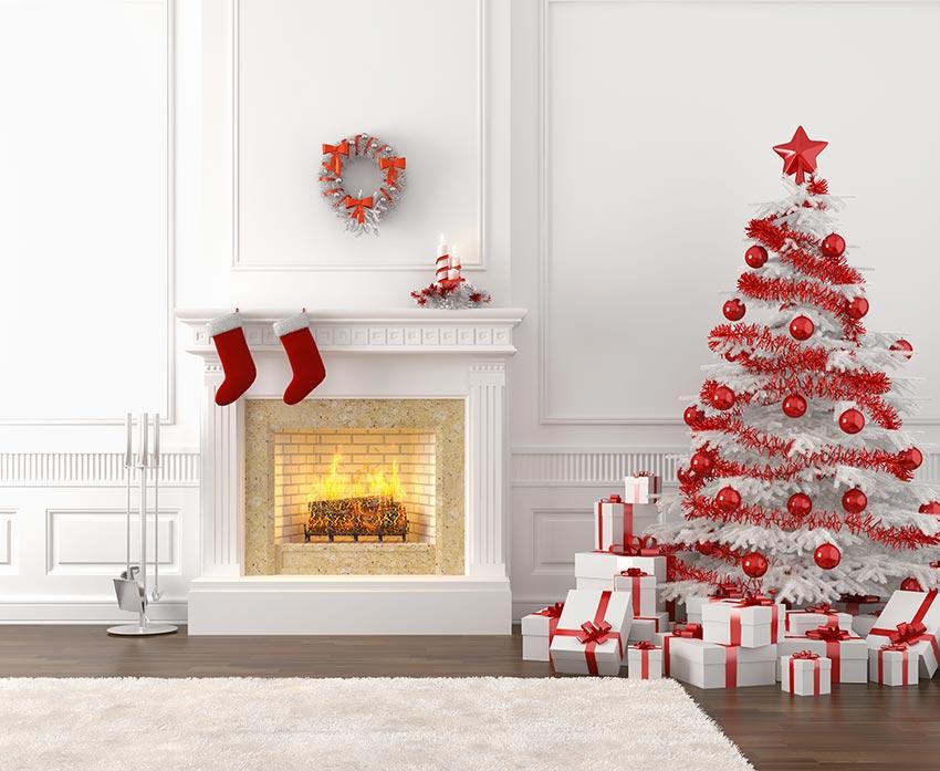 Albero di natale shabby chic rosso e bianco, bellissimo camino con calze rosse appese.