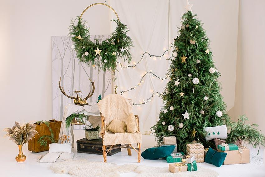 Albero di Natale verde decorato con stelline e palline bianche.